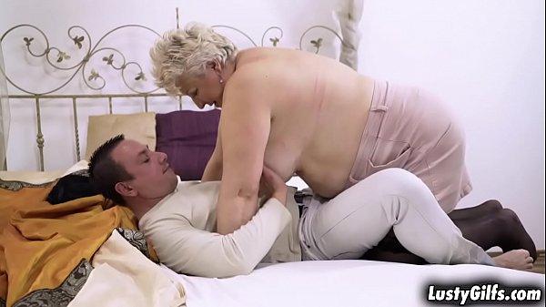 Русская пышная мать трахнула молодого парня