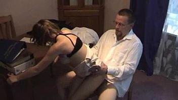 seks-russkaya-opuskaetsya-na-koleni-porno-filmi-russkom