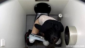 Порно скрытая камера в унитаз, самые фигуристые телки порно фото