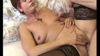 Зрелая мамочка и молодой смотреть онлайн