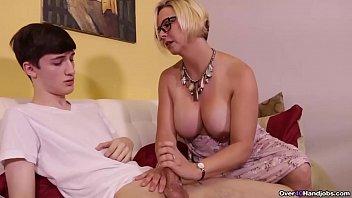 Девушка дрочит волосами член, небритое порно видео